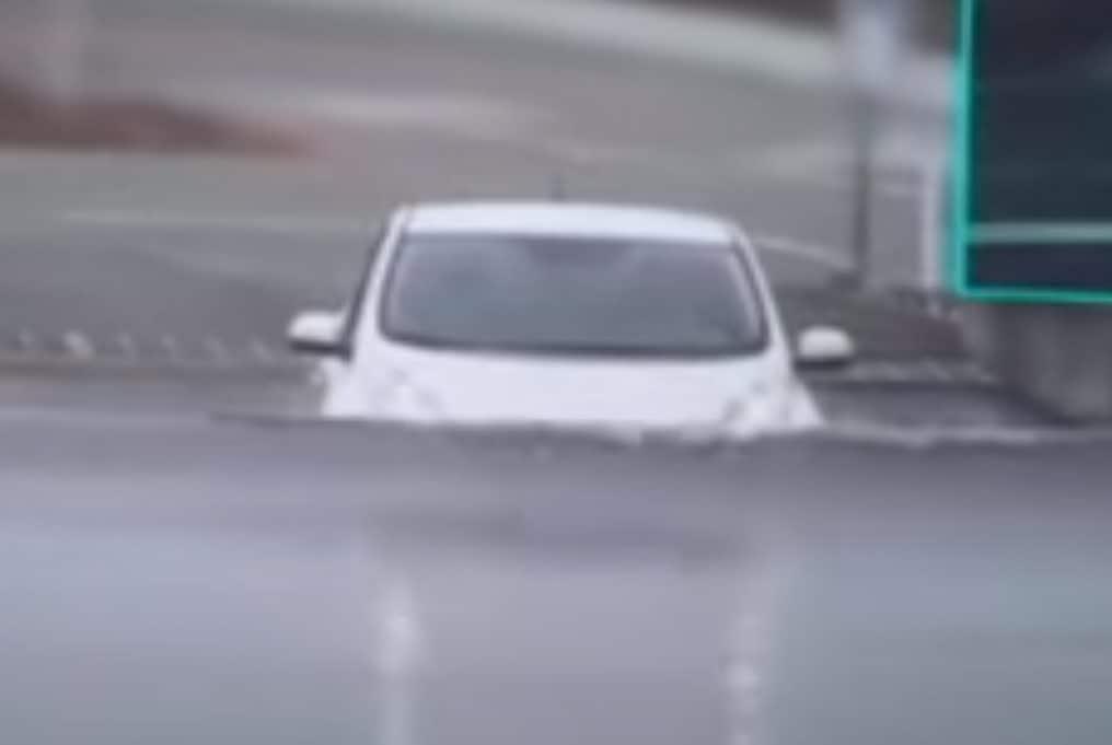 Driving a Nissan Leaf through flood water